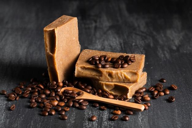Vooraanzichtzeep gemaakt van koffiebonen