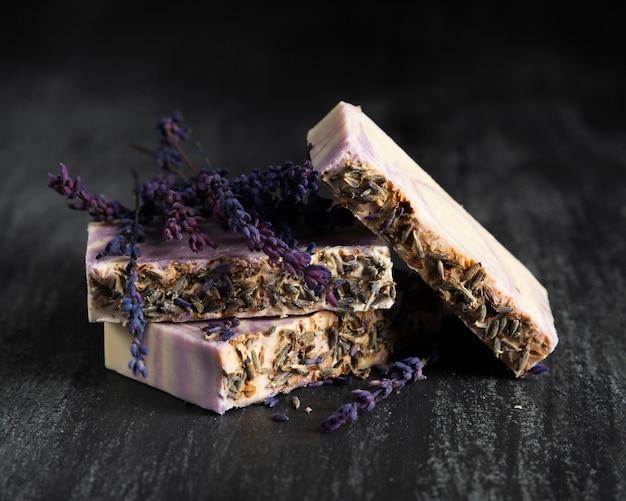 Vooraanzichtzeep gemaakt van lavendel