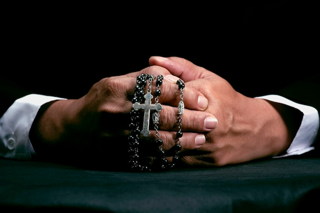 Voorbede aan god vanwege geloof en hoop het beeld van een hand met een kruis