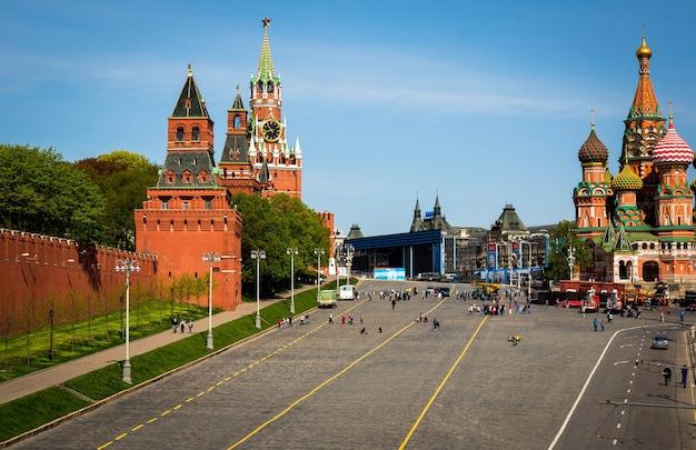 Voorbede kathedraal (st. basil's) en de spassky-toren van het kremlin van moskou op het rode plein in moskou, rusland