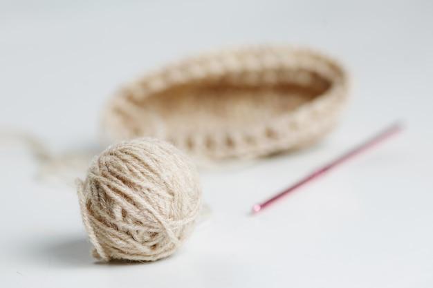 Voorbeeld breien, een wirwar van bruin garen en een haak
