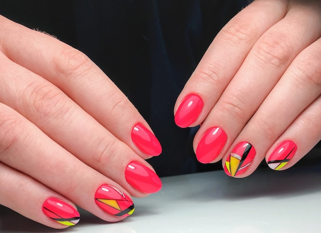 Voorbeeld van nagelontwerp op vrouwelijke handen.