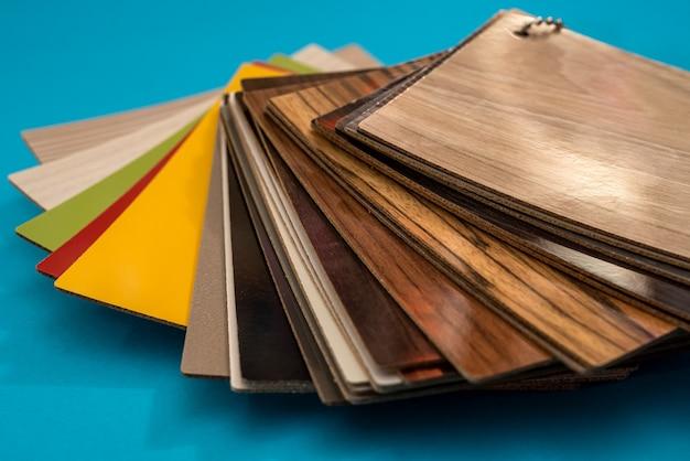 Voorbeeldcatalogus van vinylvloeren of meubels voor ontwerp geïsoleerd op blauwe achtergrond