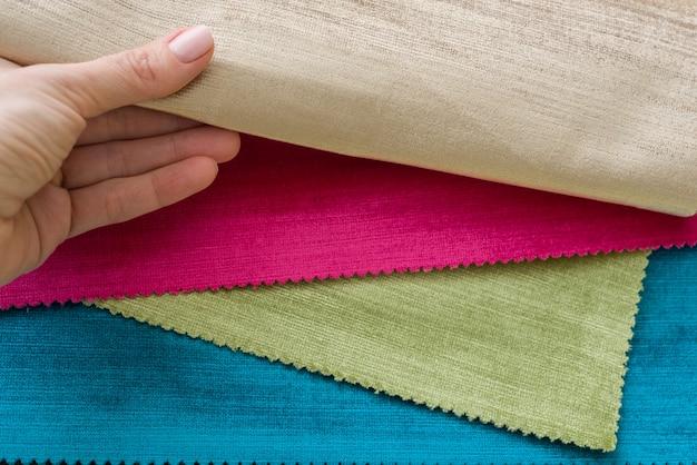Voorbeelden van kleurrijke interieurstoffen. stoffenboek voor gordijnen, stoffering