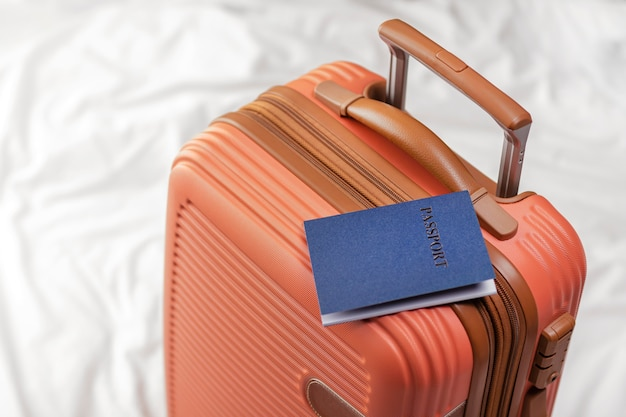 Voorbereide bagage met paspoort