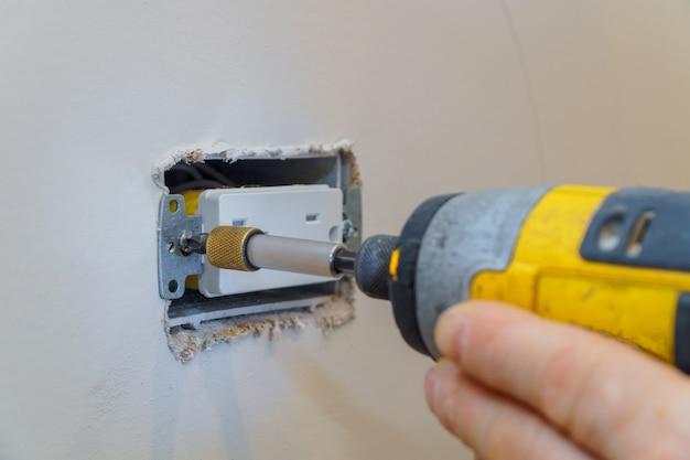 Voorbereiden om een stopcontact te installeren, controleren of de schroeven goed vastzitten