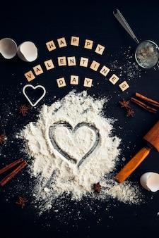 Voorbereiden om zelfgemaakte peperkoek te koken voor valentijnsdag. uitzicht van boven.