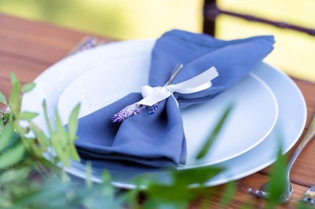 Voorbereiden op een openluchtfeest. versierd met verse bloemen geserveerd tafels. tafel nummer. decoratiedetails.
