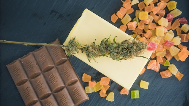 Voorbereiden op het koken van cake met cannabisboter cake met cbd