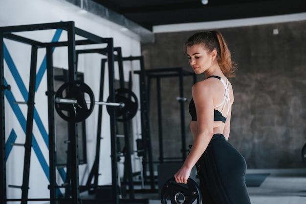 Voorbereiden op training. prachtige blonde vrouw in de sportschool tijdens haar weekend