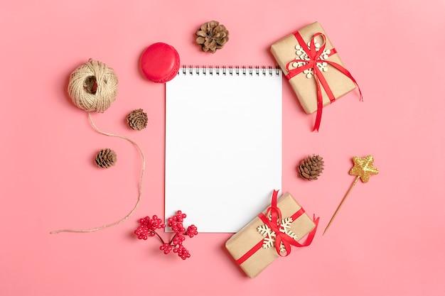 Voorbereiden op vakantie, doel nieuwjaar decor kerstmis-bal, notebook, klatergoud, lolly, roze mi