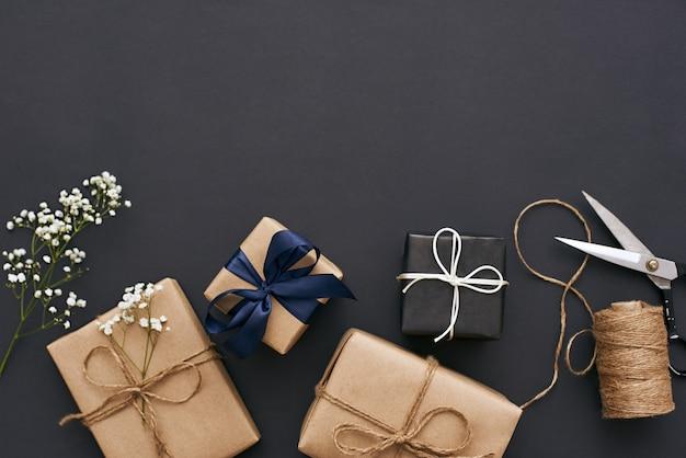 Voorbereiden op vakantie handgemaakte geschenkdozen met prachtige decoratie voor vrienden
