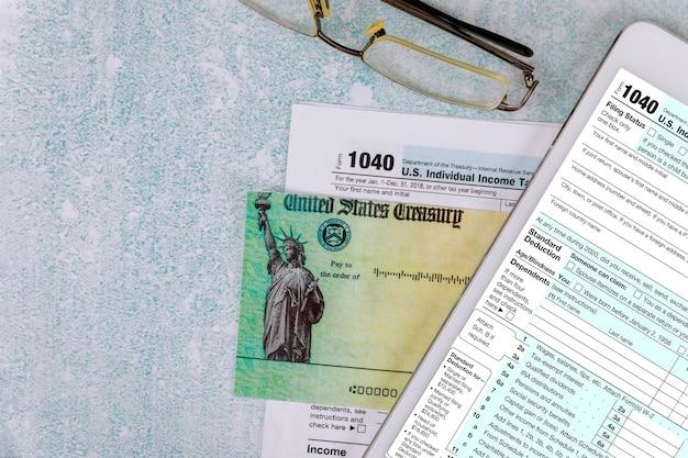 Voorbereiding aanvraag 1040 us individual income tax return stimulus economische belastingaangifte check met bril in de e-form digitale tablet