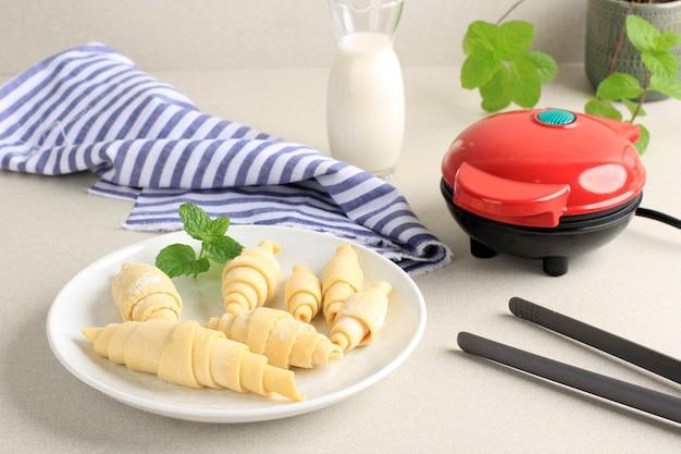 Voorbereiding croissantwafel of croissantwafel maken van bevroren croissantdeeg met elektrisch wafelijzer