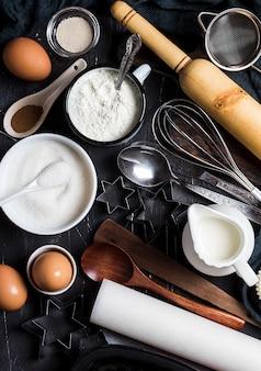 Voorbereiding die keukeningrediënten voor het koken bakken. kruidenieraccessoires