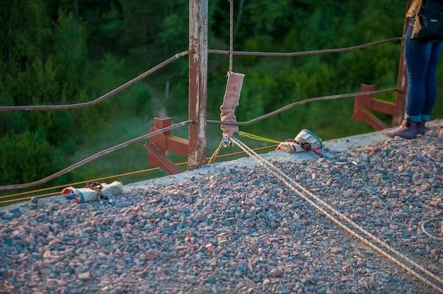 Voorbereiding om van de brug te springen, angst om te springen, uitrusting om te springen