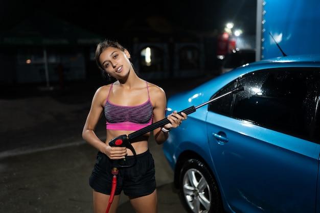 Voorbereiding op autoreiniging in een wasstraat. auto wassen onder hoge druk.