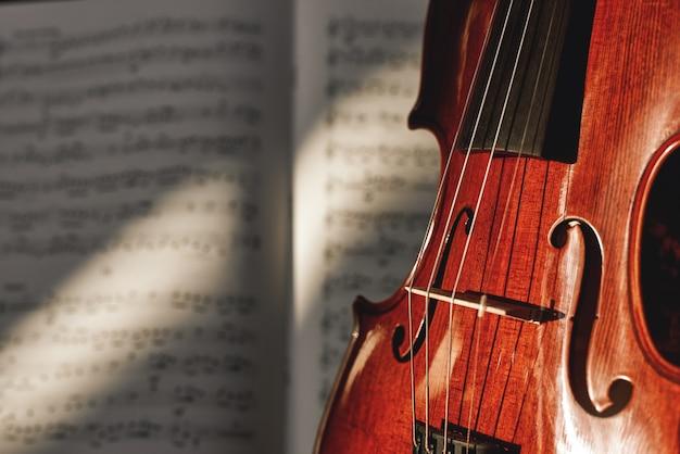 Voorbereiding op een concert klassieke bruine viool op muziek scoreblad achtergrond muziekinstrumenten