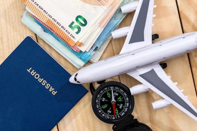 Voorbereiding op een reisconcept, een paspoort voor vliegtuiggeld