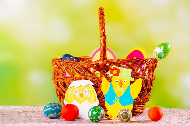 Voorbereiding op vrolijk pasen. paasmand, beschilderde zelfgemaakte eieren en schattig handwerk
