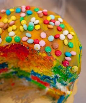 Voorbereiding van cake en carnaval gebak.