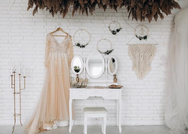 Voorbereiding van de bruid voor de bruiloft in de meest delicate dingen