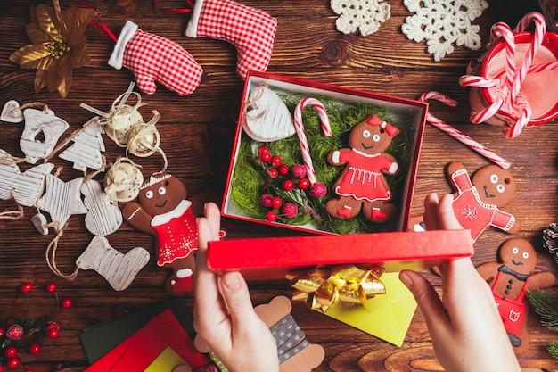 Voorbereiding van een kerstcadeaudoos voor vrienden