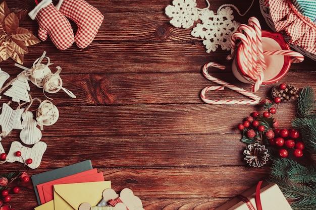 Voorbereiding van een kerstgeschenkdozen, lege plaats voor tekst