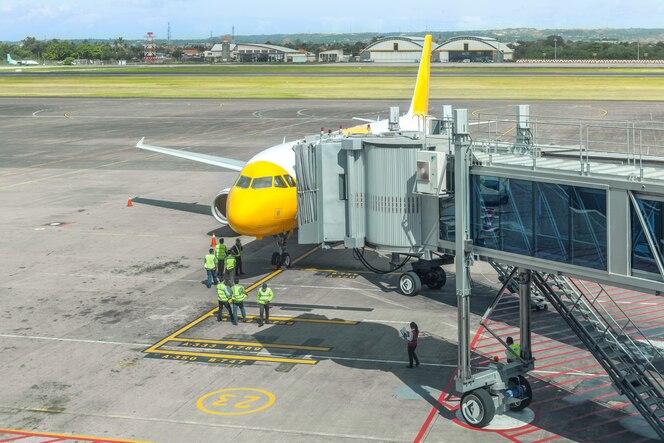 Voorbereiding van een passagiersvliegtuig door gronddiensten op de luchthaven