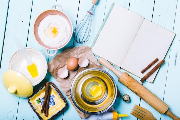 Voorbereiding van het deeg. ingrediënten voor het deeg - eieren en bloem met een deegroller.