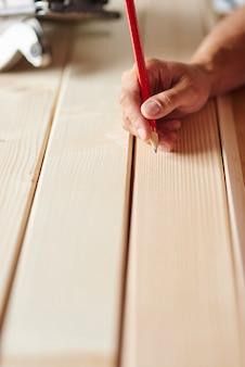 Voorbereiding van houten planken door timmerman