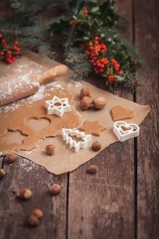 Voorbereiding van pindakoekjes van kerstmis