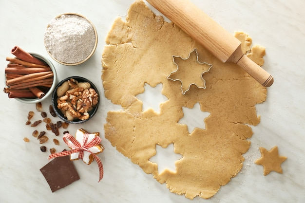 Voorbereiding van smakelijke kerstkoekjes op licht