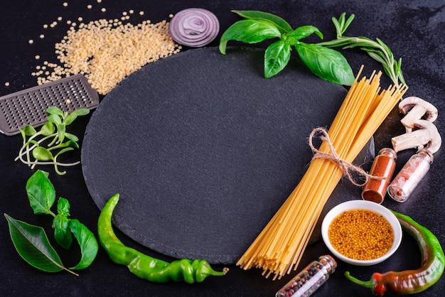 Voorbereiding van smakelijke verse deegwaren met groenten