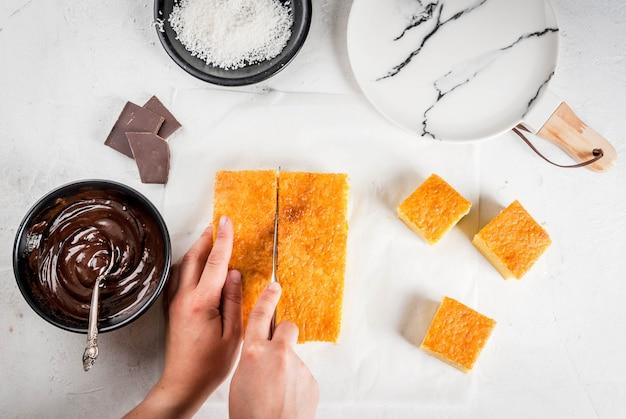 Voorbereiding van traditioneel australisch dessert lamington