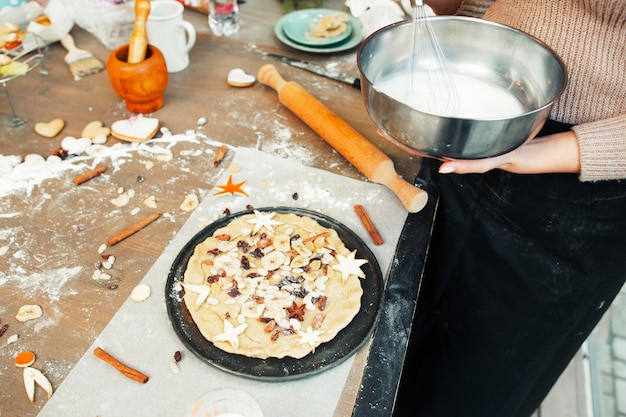 Voorbereiding van vakantietaart in de keuken