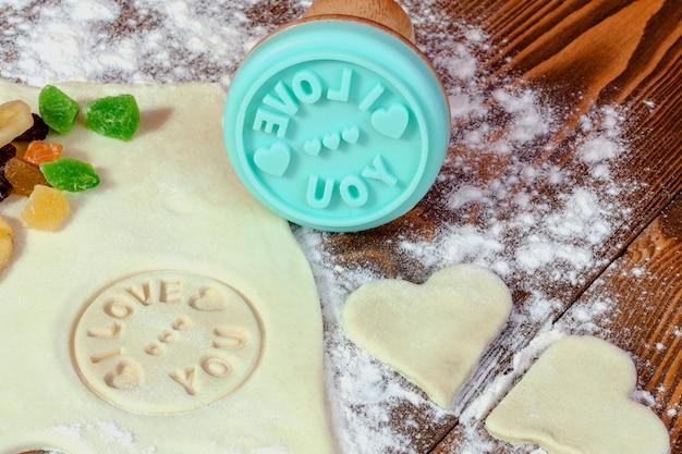Voorbereiding van zelfgemaakte koekjes voor valentijnsdag.