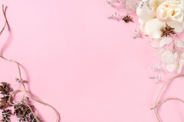 Voorbereiding voor een toekomstige ansichtkaart. roze bloemen op een roze achtergrond met ruimte voor tekst