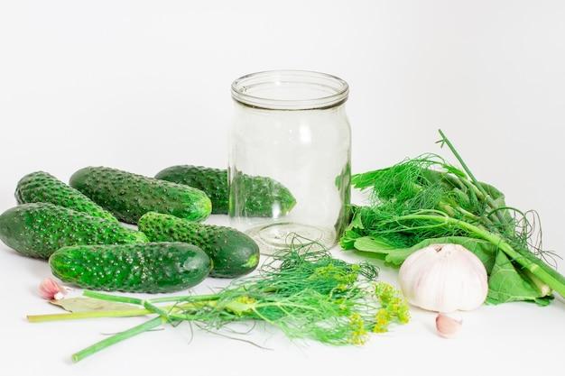 Voorbereiding voor het beitsen van komkommers. ingrediënten voor de marinade. dille, zout, kruiden. selectieve aandacht.