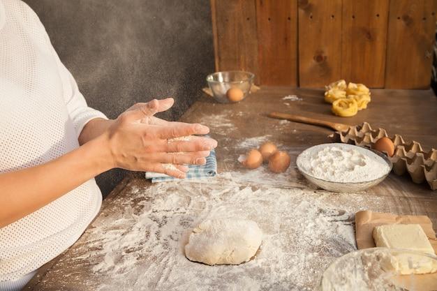 Voorbereiding voor het maken van deeg. met alle ingrediënten op tafel.