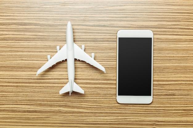 Voorbereiding voor reizen. smartphone, vliegtuig