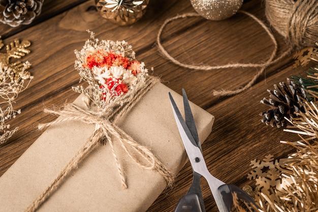 Voorbereidingen van de kerstcadeaus. handgemaakte geschenkdoos