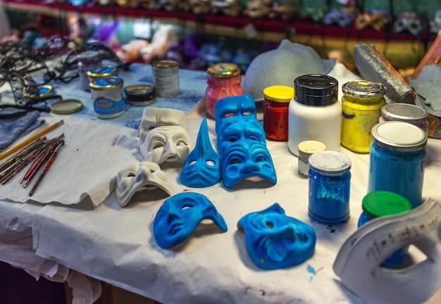 Voorbereidingen voor het maken van venetiaanse maskers en accessoires van kunstenaars in de creatieve workshop