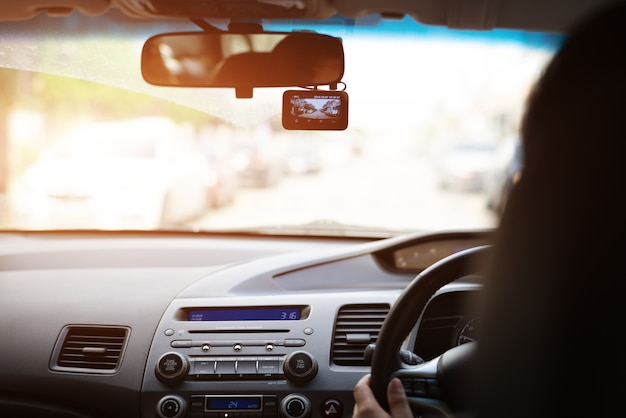 Voorcamera-autorecorder, vrouw die een auto met videorecorder drijven
