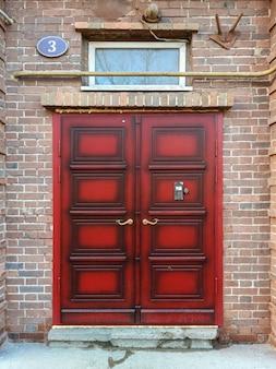 Voordeur in britse stijl in een oud bakstenen gebouw