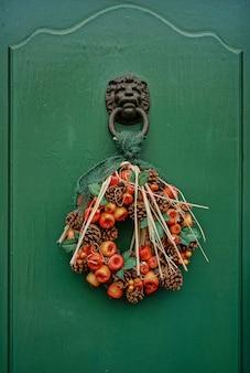 Voordeur kunstmatige slinger met dennenappels en fruit