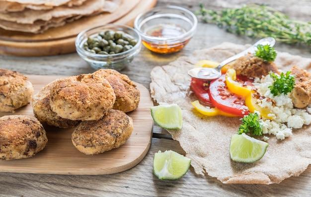 Voorgerecht met falafel, kwark en groenten
