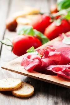 Voorgerecht met italiaanse bresaola en tomaat