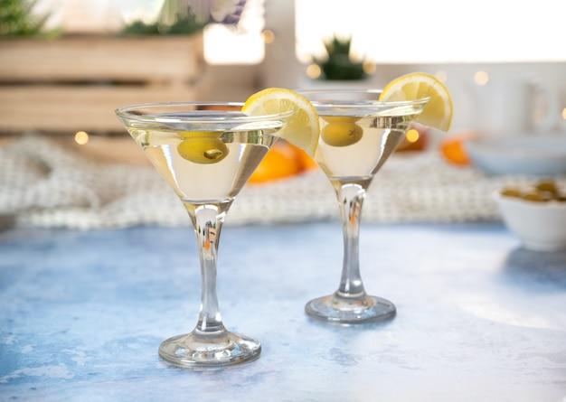 Voorgerecht twee glazen witte vermout met olijf en citroen