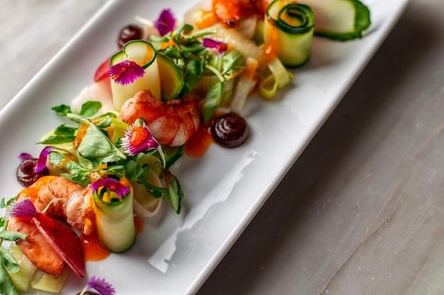 Voorgerecht van garnalen met komkommer